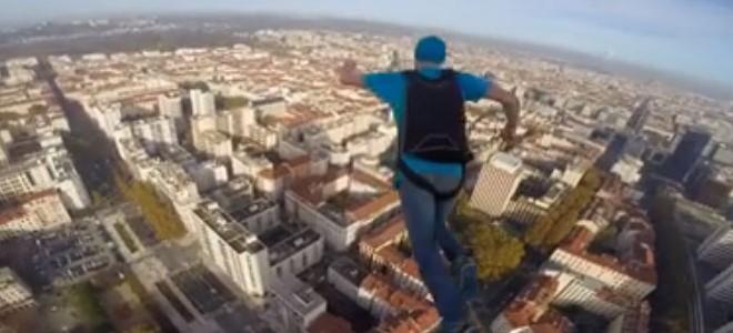 BASE Jump depuis la tour Incity à Lyon