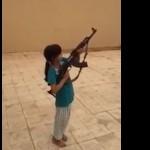 petite-fille-tir-ak-47