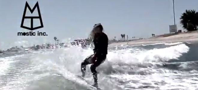Un skimboarder s'incruste dans le sillage d'un bateau