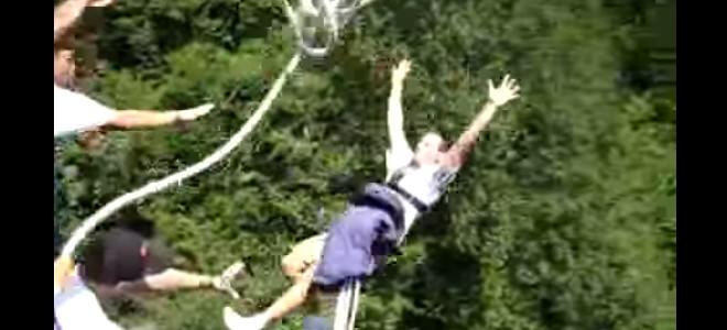 Blague pendant un saut à l'élastique