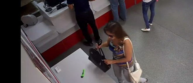 Une fille vole un cutter