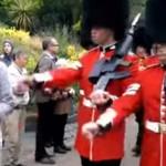 garde-royale-bouscule-touriste