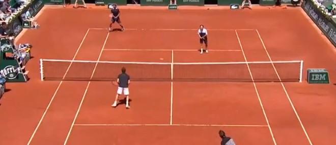 Un échange amusant au tennis