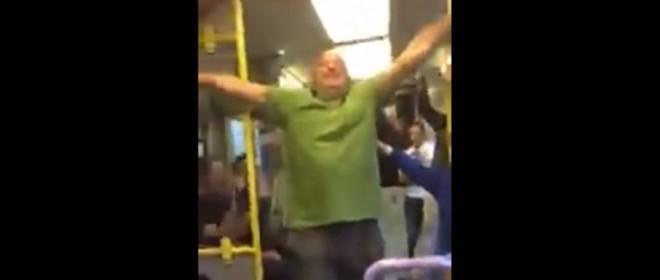 Un homme ivre met l'ambiance dans un train