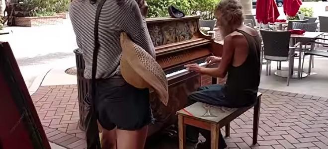 Un SDF joue magnifiquement du piano