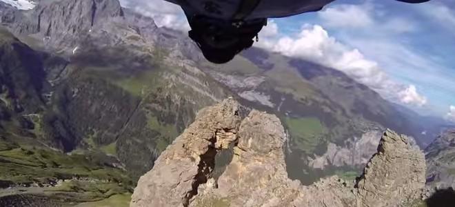 Un wingsuiter passe dans un trou étroit à 200 km/h