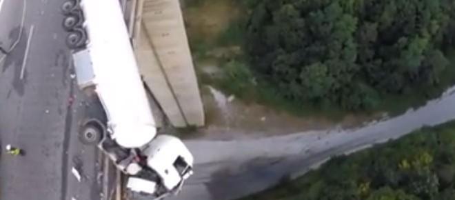 Un camion suspendu dans le vide à 128 mètres de hauteur