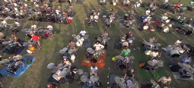 1000 musiciens jouent ensemble Learn to Fly des Foo Fighters