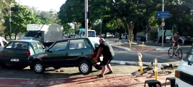Il déplace une voiture garée sur une piste cyclable
