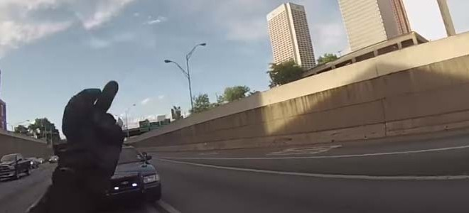 Un policier demande un wheeling puis essaie d'arrêter le motard