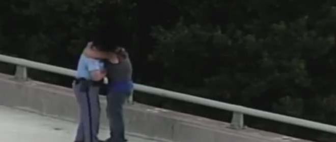 Un policier réconforte un suicidaire