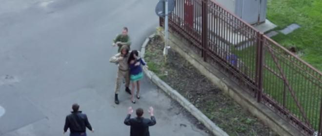 Un soldat désarme un acteur pendant un tournage