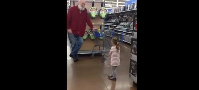 Une fillette confond un vieil homme barbu avec le Père Noël