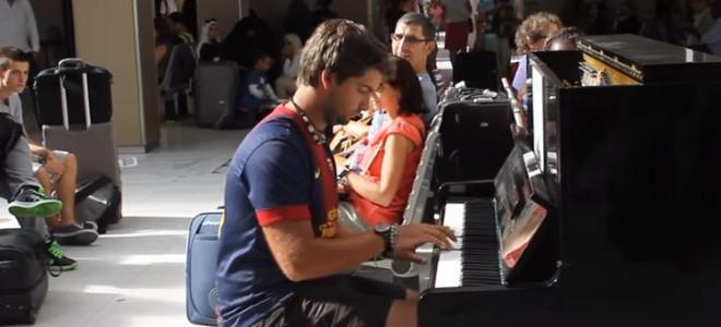 Deux inconnus jouent du piano à la gare d'Austerlitz