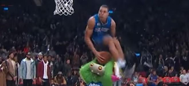 Le dunk d'Aaron Gordon par-dessus une mascotte