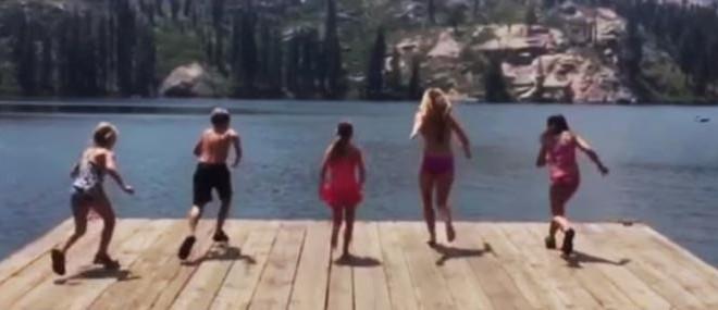 Une fille sur un ponton fait une blague à ses amis