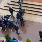 plaquage-musclee-policier-vs-manifestant