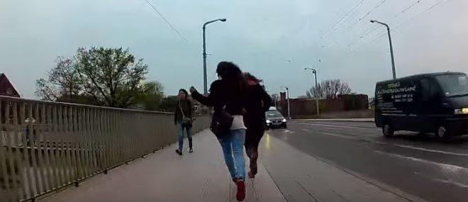 Un cycliste arrête une voleuse à l'arraché