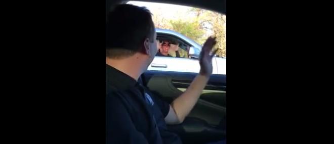 Le pilote de NASCAR Kyle Busch fait coucou à une fan