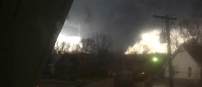 Il filme une tornade foncer sur sa maison