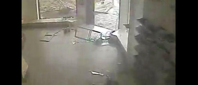 Passage d'une tornade depuis l'intérieur d'un magasin