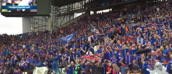 Les supporters islandais chantent pendant l'échauffement de leur équipe