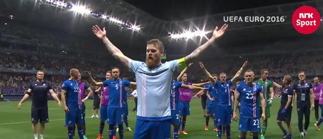 L'équipe d'Islande célèbre la victoire avec ses supporters