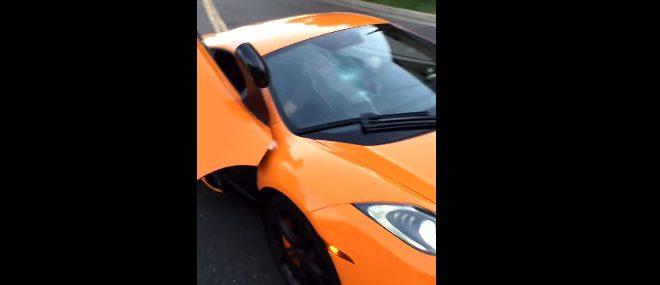 Un skateur casse le parebrise d'une McLaren