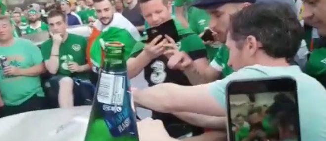 Des supporters irlandais réparent une voiture (Euro 2016)