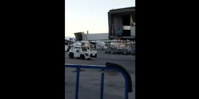 Le passager d'un avion court sur le tarmac pour rattraper son vol