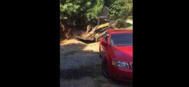 Un père détruit la voiture de son fils