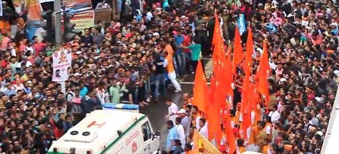 La foule laisse passer une ambulance