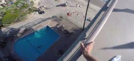 Sauter dans une piscine depuis le toit d'un hôtel