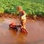 bébé-boue-drole