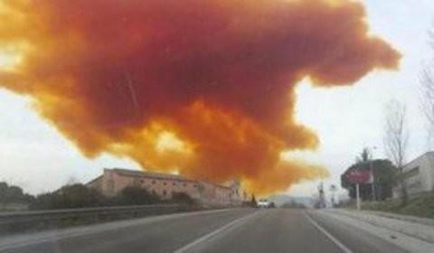 Incroyable: l'explosion d'une usine envoie une voiture dans les airs !