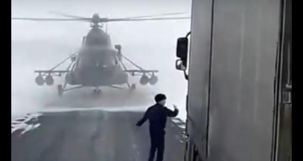 Pour retrouver son chemin, un pilote d'hélicoptère se pose …