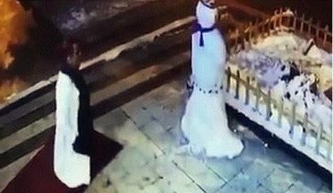 Saoul, une femme se bat contre un bonhomme de neige !