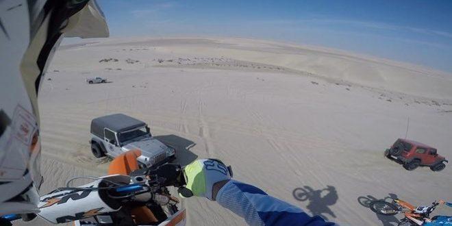 En plein désert, une moto atterrit sur une jeep !